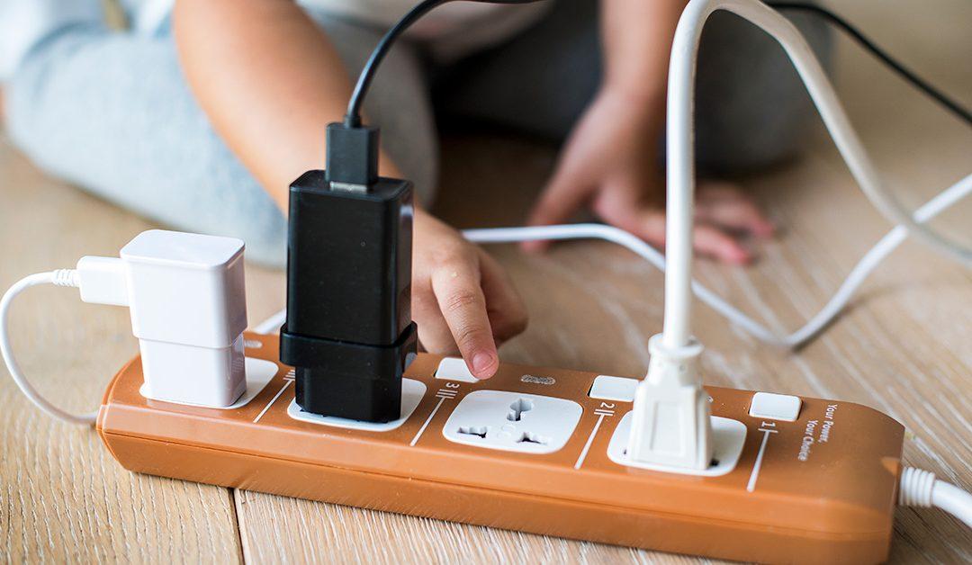 7 recomendaciones para evitar accidentes eléctricos con niños en casa